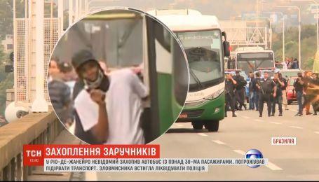 Более трех десятков заложников вместе с автобусом захватил неизвестный в Рио-де-Жанейро