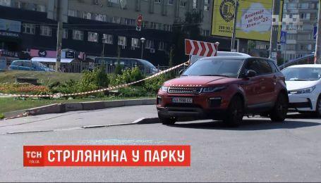 Битое стекло, капли крови и гильзы на асфальте: в Голосеевском районе охранники устроили стрельбу