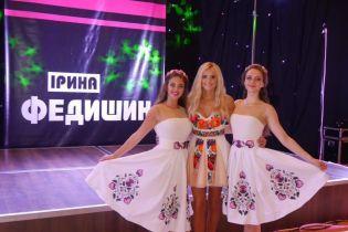 Игривая Ирина Федишин в мини платье-вышиванке отгостролировала по Америке