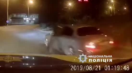 У Дніпрі водій Jaguar протягнув полісмена за авто і втік