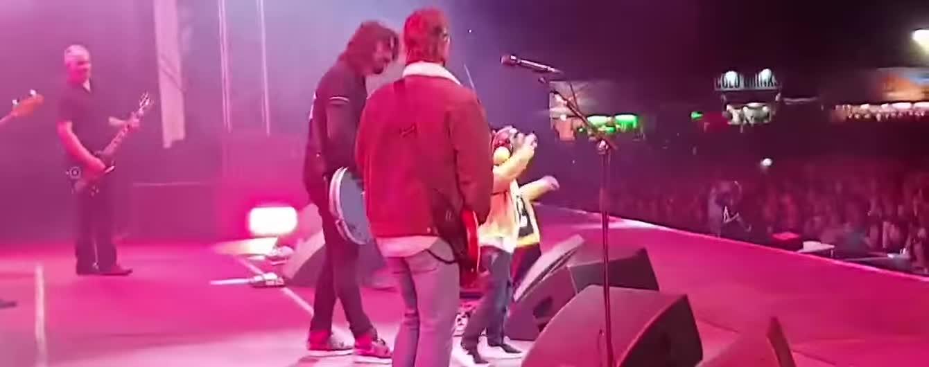 Разорвал толпу. 5-летний фанат Foo Fighters драйвово станцевал на сцене с кумирами