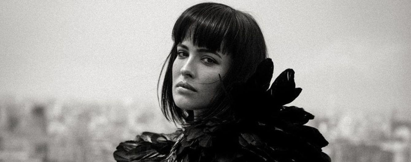 В перьях на крыше: загадочная Даша Астафьева снялась в новом фотосете