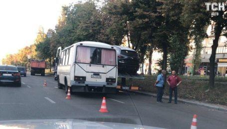 В Киеве маршрутка влетела в автовоз