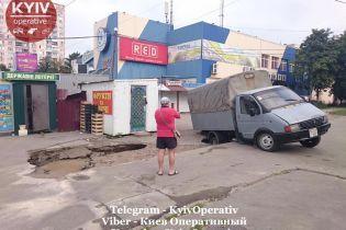 """В Киеве """"ГАЗ"""" провалился под асфальт"""
