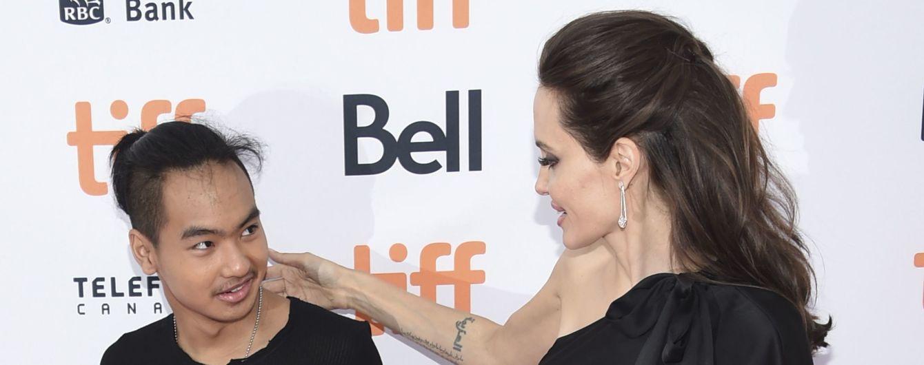 Анджелина Джоли со слезами отправила приемного сына в университет