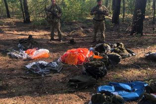 На границе с РФ пограничники обнаружили пакеты с парашютами
