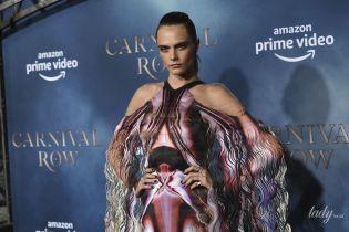 У сукні з психоделічним принтом: розкішний вихід Кари Делевінь