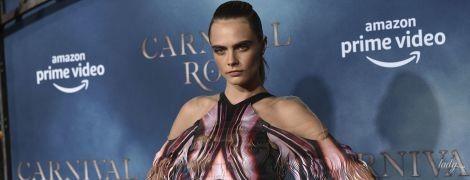 В платье с психоделическим принтом: роскошный выход Кары Делевинь