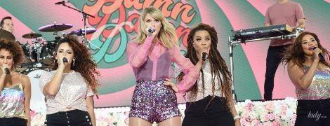 В прозрачной блузке и блестящих мини-шортах: Тейлор Свифт в эффектном луке выступила на шоу