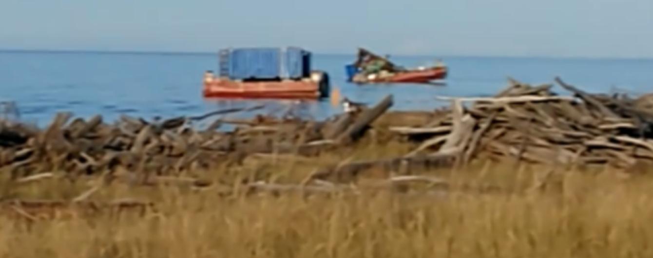 Появились видео и фото покореженной взрывом военной платформы в России