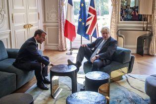 Прем'єр Британії під час зустрічі з президентом Франції поставив ногу на столик. Із цього вже зробили скандал