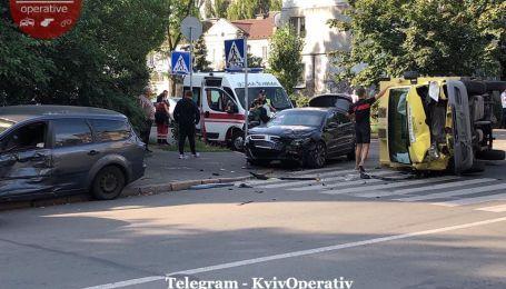 В Киеве грузовик перевернулся в результате масштабного столкновения. Есть пострадавшие