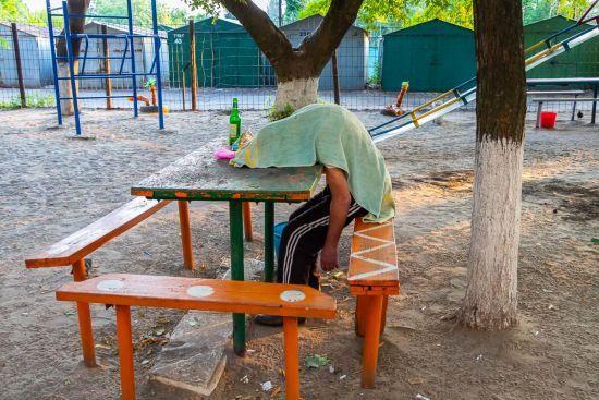 У Дніпрі на дитячому майданчику знайшли тіло чоловіка, залитого зеленкою