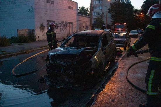 У Києві вночі вщент вигоріло дві автівки