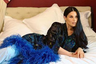На кровати в полупрозрачном халате с перьями: сексуальный лук Маши Ефросининой