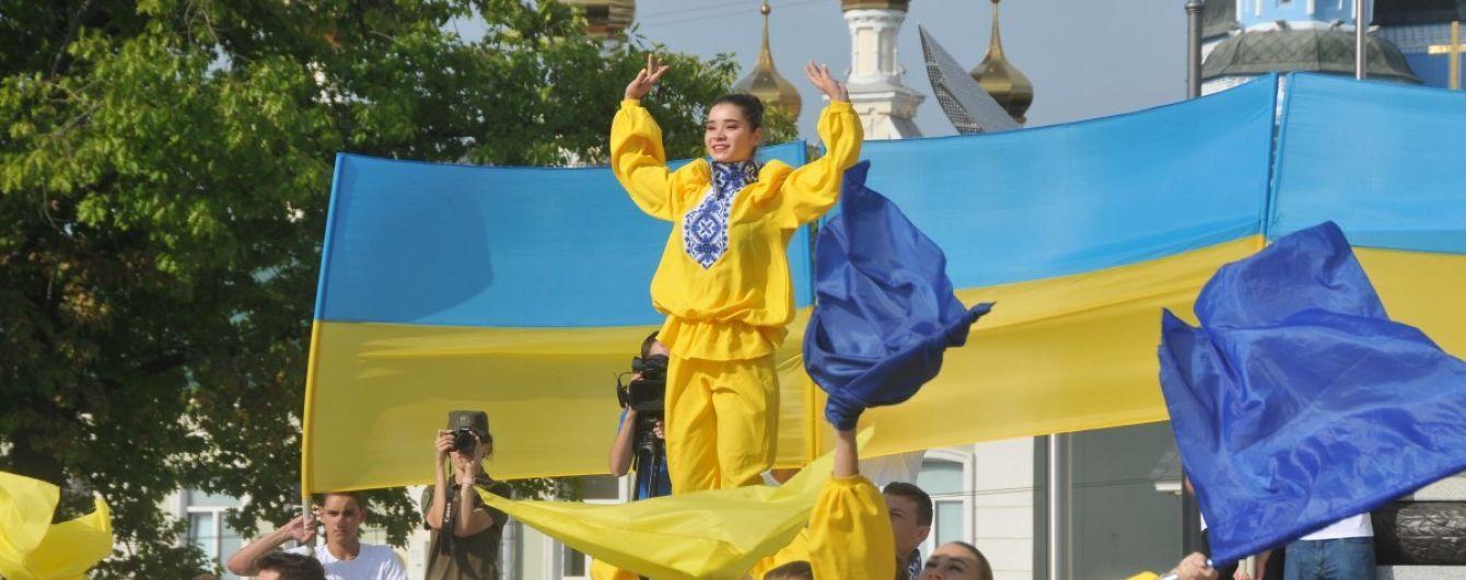 Від Львова до окупованого Краснодону: в День прапора Україна замайоріла синім і жовтим кольорами