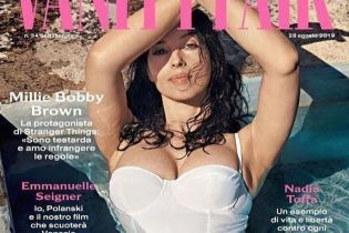 Вот это декольте: Моника Беллуччи в купальнике Dolce & Gabbana украсила обложку глянца