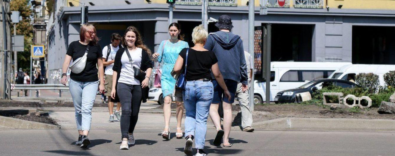 Водій зняв, як дивом пролетів між трьох пішоходів на переході у Києві