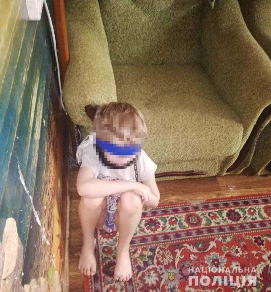 У Дніпрі опікунка посадила 8-річного хлопчика на ланцюг