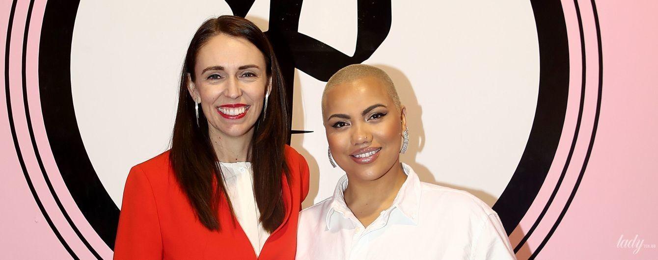 В красном жакете и с красной помадой: премьер-министр Новой Зеландии на встрече с хореографом