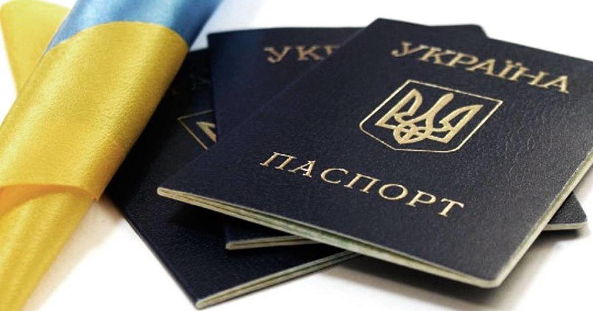 Зеленский ввел в действие решение СНБО о двойном гражданстве: что запретят украинцам с двумя паспортами