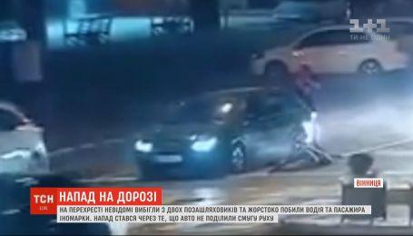 Неизвестные жестоко избили водителя и пассажира иномарки, так как не смогли поделить полосу на дороге