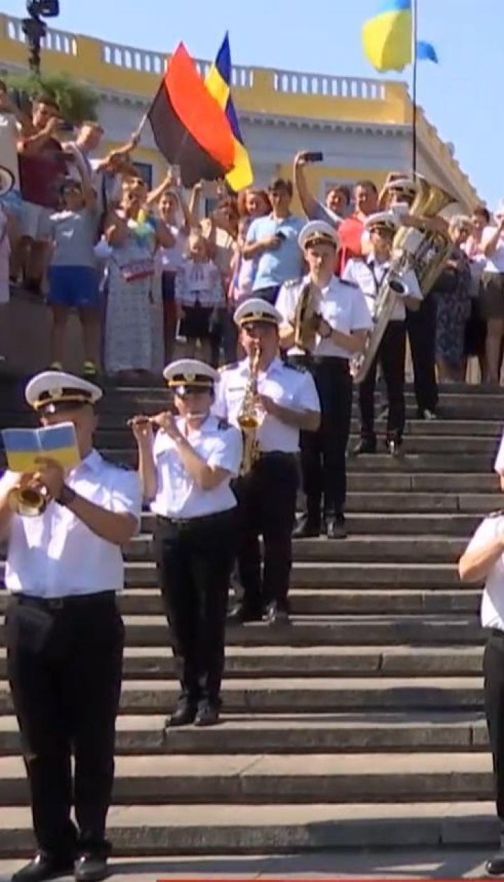 Синьо-жовта Україна: як відзначали День державного прапора в різних куточках країни