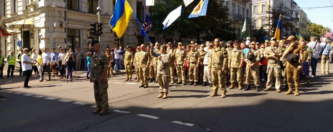 Ветераны и волонтеры идут Маршем Защитников к Крещатику