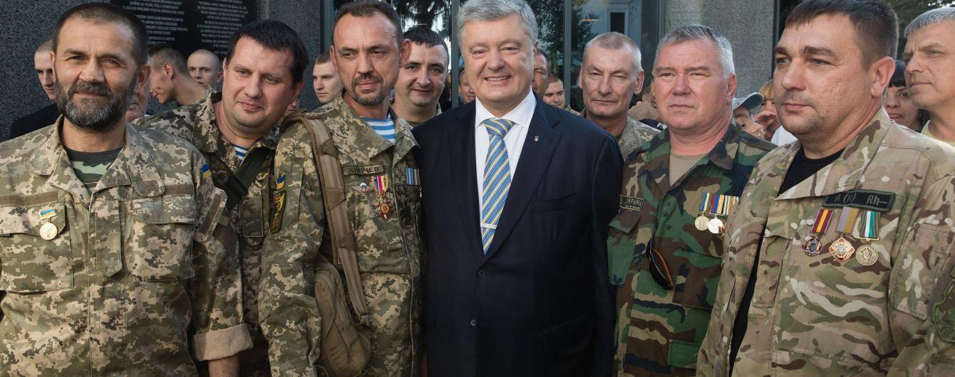 Порошенко на День Независимости поменял официальные торжества на встречу с бойцами