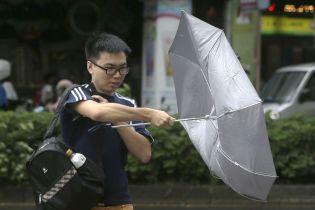На Тайване отменили сотни авиарейсов из-за мощного тайфуна
