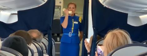 Стюардесса самолета в небе акапельно исполнила для пассажиров Гимн Украины