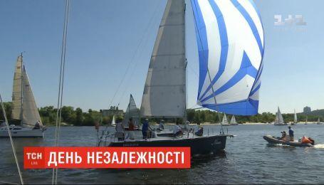 У Києві до Дня Незалежності влаштували вітрильну регату на Дніпрі