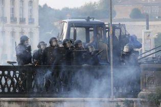 Во Франции полиция применила водометы на митинге против саммита G7