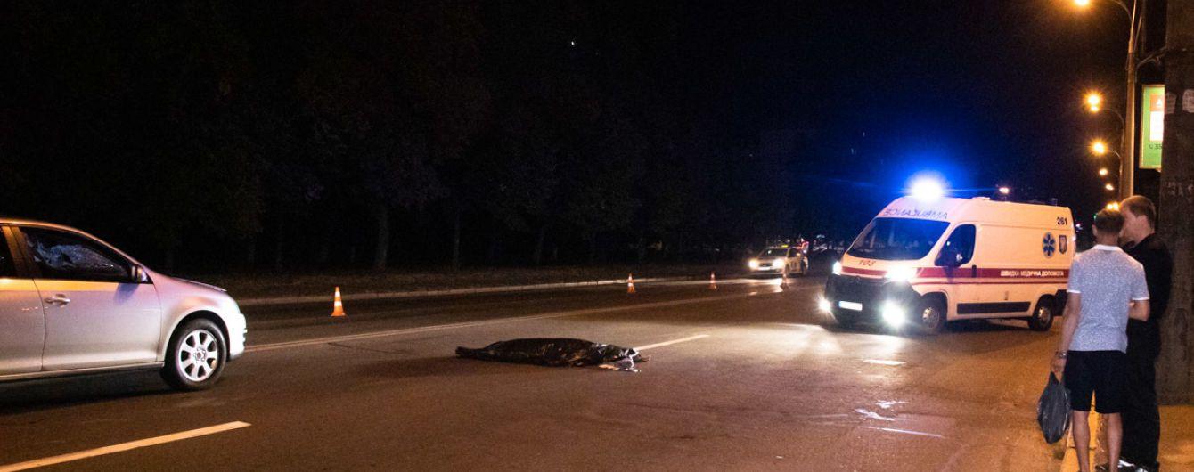 В Киеве на Харьковском шоссе Volkswagen насмерть сбил женщину