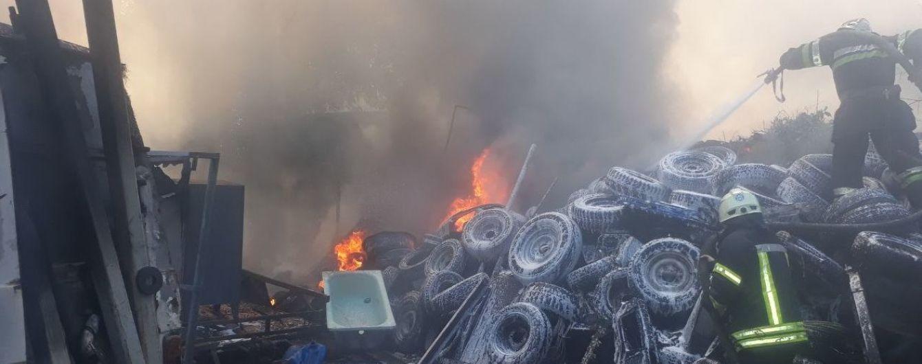 В Харькове горела огромная куча старых шин и несколько автомобилей - все вокруг было в густом дыму