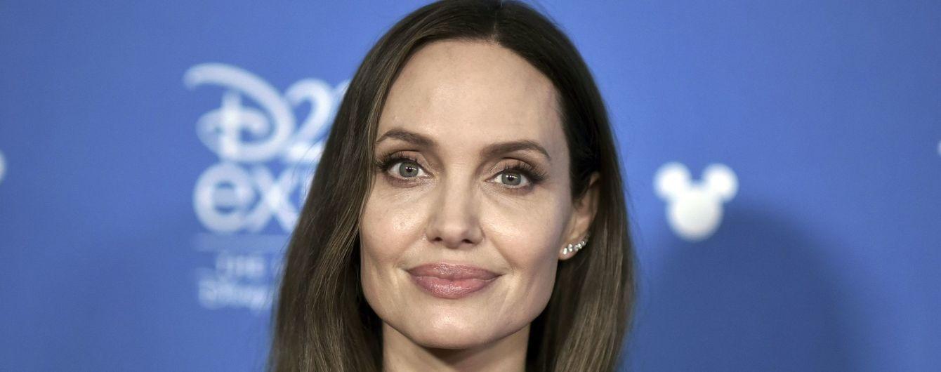Усміхнена Анжеліна Джолі підкреслила тонку талію елегантною сукнею