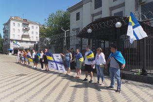 В Киеве под стенами российского посольства прошла акция в поддержку захваченных украинских моряков