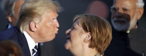 У Мережі кепкують над Трампом, який зіщулив обличчя під час поцілунку з Меркель