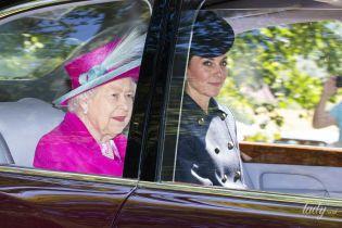 Тем временем в Балморале: герцогиня Кембриджская и королева Елизавета II съездили на службу