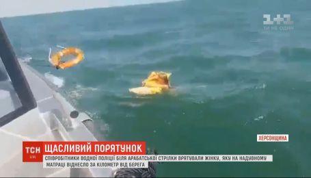 В Азовском море спасли женщину, которую на матрасе унесло за километр от берега