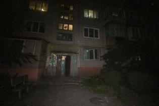 В Киеве мужчина с кувалдой устроил погром в подъезде