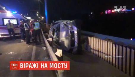 В Киеве легковушка едва не вылетела с моста в Днепр