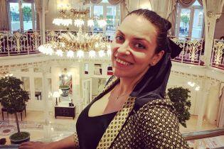 Преодолела смущение: Наталья Холоденко в купальнике устроила фотосессию у бассейна