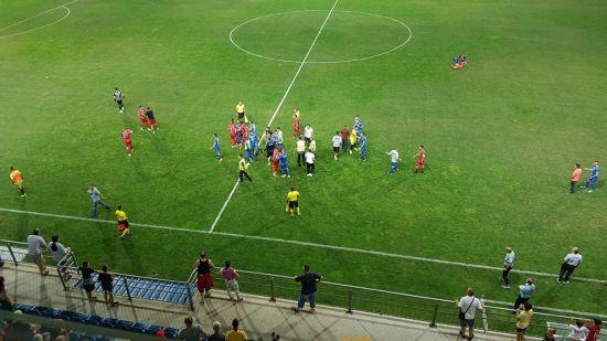 Масова бійка. У Сербії футболісту довелося тікати від суперників після ганебного вчинку