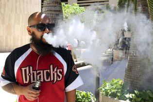 В США впервые зафиксировали смерть от курения электронных сигарет. В Минздраве предлагают законопроект, который регулирует их продажу
