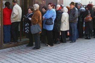 У Туркменістані встановили ліміт на зняття готівки, а тих, хто стоїть у черзі до банкоматів, затримує поліція