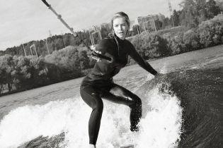 В гидрокостюме на доске: Вера Брежнева осваивает новый вид спорта