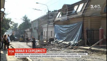 У Чернівцях під час ремонту відвалилася частина фасадної стіни будинку