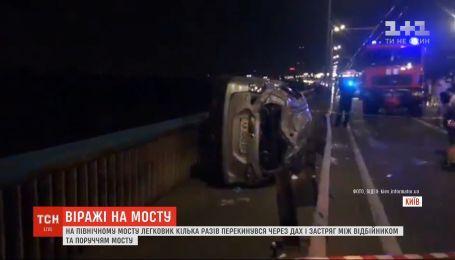 На Северном мосту легковушка перевернулась и едва не вылетела в реку