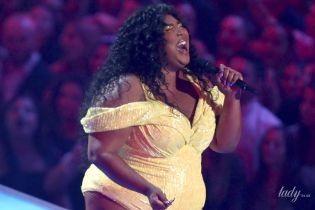 Без комплексов: пышнотелая американская певица вышла на сцену в одном боди